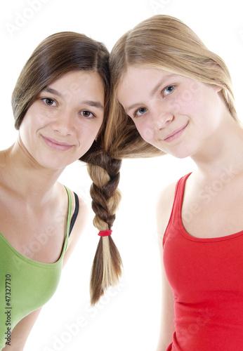 Freundinnen mit einem gemeinsamen Zopf