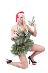 sexy frau als weihnachtsfrau mit tannenkleid und high heels
