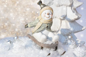 Lustiger Schneemann rodelt