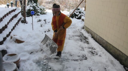 Kinder beim Schneeschaufeln