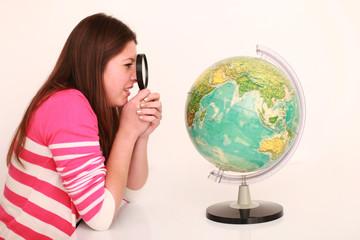 Schülerin mit einem Globus
