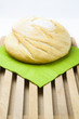 Hogaza de pan sobre servilleta verde
