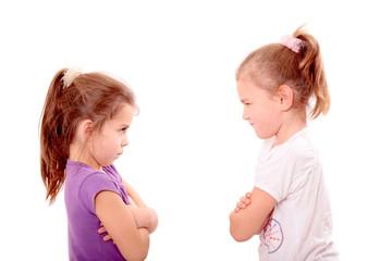 zwei Mädchen schauen sich böse an
