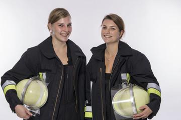 zwei Feuerwehrfrauen