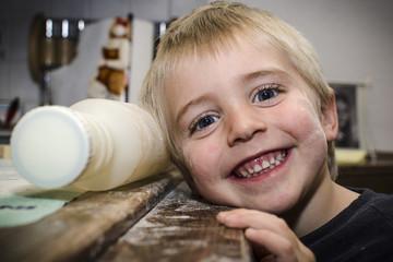Junge mit Mehl im Gesicht