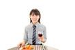食事を楽しむ笑顔の女性