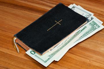Gebetbuch mit Geld