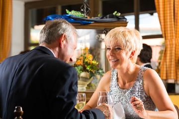 Senioren Paar beim Essen im Restaurant