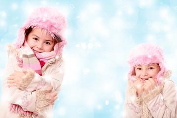 Zwei Mädels mit Fellmützen und Mantel
