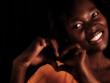 Afrikanerin macht ein Herz mit den Händen