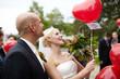 Brautpaar lässt Luftballons steigen