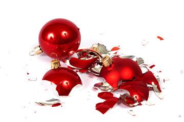 Zerbrochene Weihnachtskugel und heile Weihnachtskugel