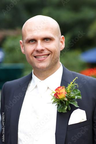 lächelnder Bräutigam mit Blumenanstecker