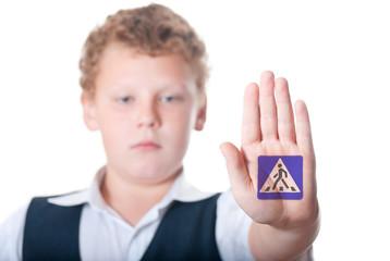"""Мальчик показывает показывает знак """"пешеходный переход"""""""