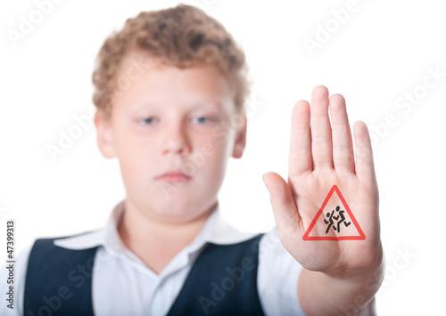 """Мальчик показывает знак """"осторожно дети"""""""