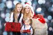 Hübsche Santa Frau mit Kinder und Geschenke Sack