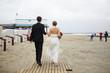 Hochzeitspaar geht am Strand spazieren