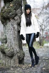 Attraktive junge Frau im Park