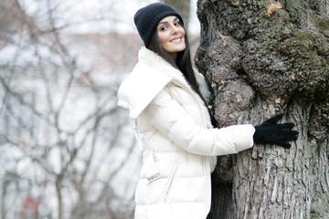 Fröhliche hübsche Frau im Winter