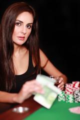 Hübsche Frau beim Pokern