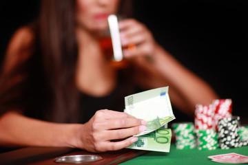 Hübsche Frau beim Glückspiel
