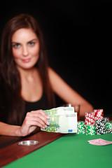 Attraktive Brünette beim Glücksspiel