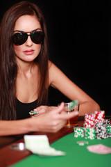 Frau mit Pokerface am Pokertisch