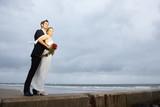Fototapety Hochzeitspaar am windigen Strand