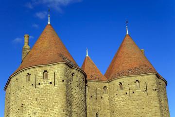 Ciel bleu derière la cité médiévale de Carcassonne