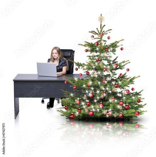 Weihnachtsbaum und Schreibtisch