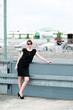 Frau auf dem Parkdach