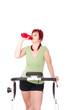 Frau trinkt auf dem Laufband