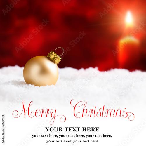 Goldene Weihnachtskugel vor weihnachtlichem Hintergrund