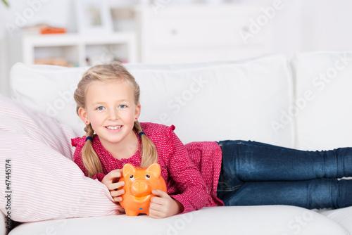 goldiges mädchen mit sparschwein