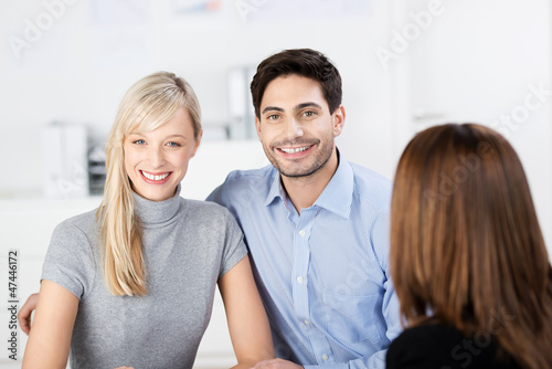 lächelndes paar im beratungsgespräch