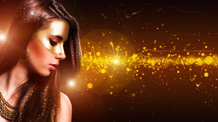 wunderschöne brünette Frau mit Goldmaske