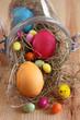 bunt gefärbte eier, drageeeier und osterküken