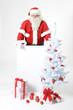 Weihnachtsmann mit leerer Werbetafel