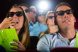 Junge Leute schauen einen 3D Film im Kino