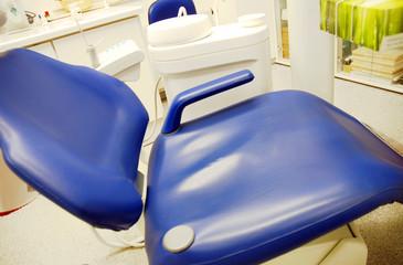 Zahnarztstuhl im Behandlungsraum
