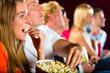 Junge Leute schauen einen Film im Kino