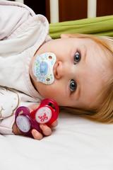 Kleines Mädchen mit Schnullern