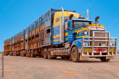 obraz PCV Pociąg drogowy w australijskim buszu