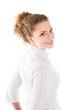 Lachende junge Frau in weiß isoliert