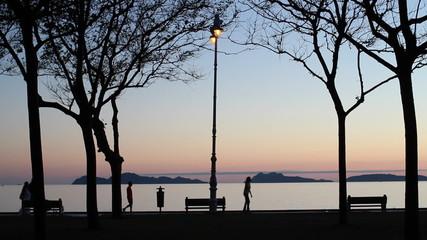 Gente de relax en la costa