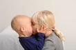 Mädchen küsste den kleinen Bruder