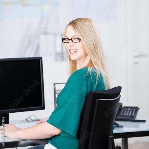 lächelnde angestellte am arbeitsplatz