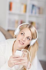 frau hört musik mit ihrem smartphone