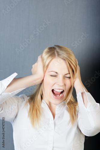 frau schreit laut