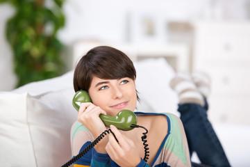 frau mit grünem telefon